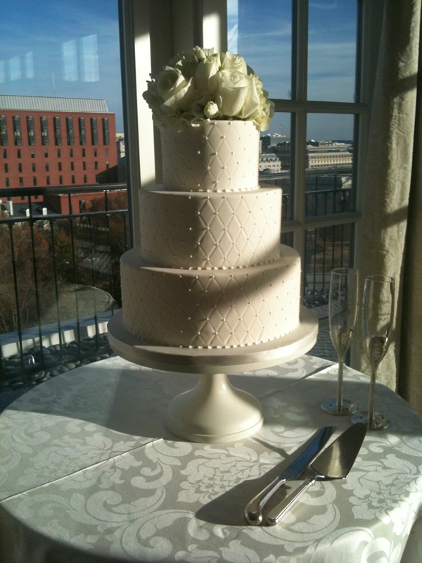The sun sets dramatically across Carlyn & Brandon's classic cake
